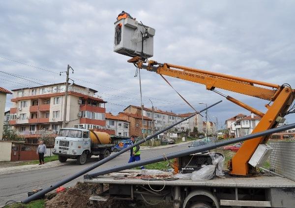 """Общината монтира 51 нови стълба за улично осветление в """"Меден рудник"""""""